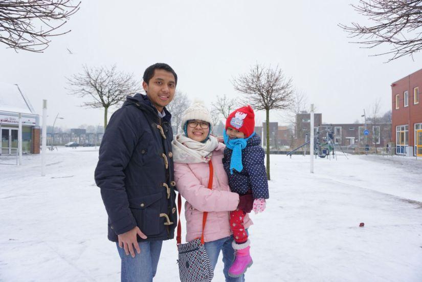 Mengabadikan foto keluarga di tengah salju