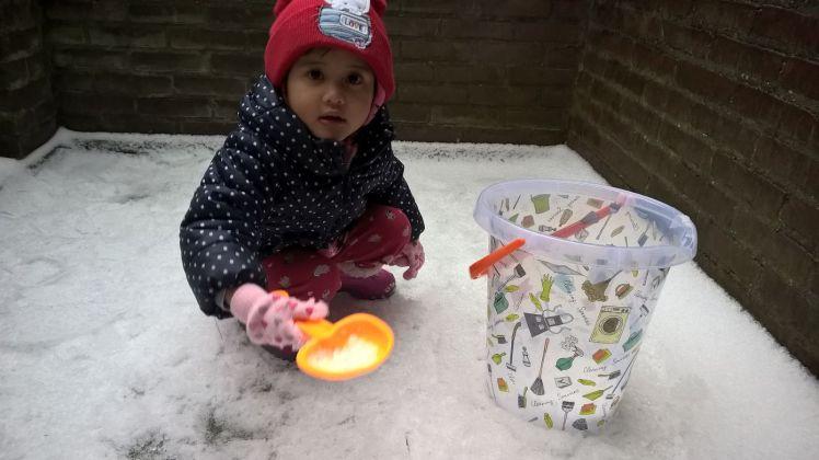 Runa ikutan main salju (es) di depan rumah