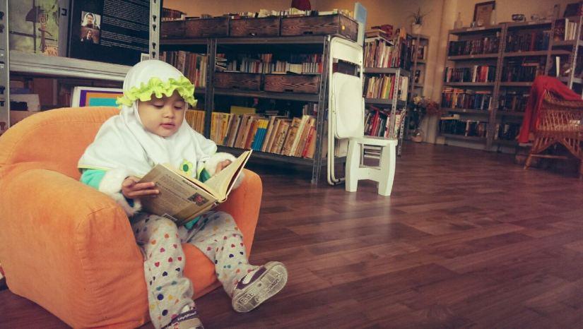 Kegiatan Runa Membaca Buku. Saat di toko buku bekas dekat rumah