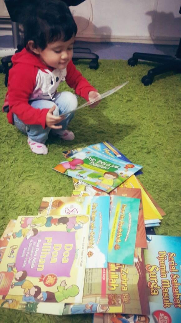 Runa dan beberapa koleksi buku-bukunya