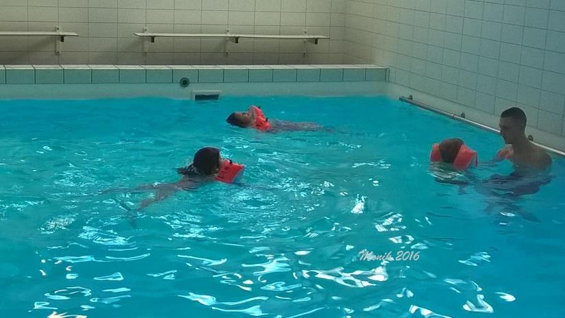 Aksi Mbak Mayya saat berenang. Mbak Mayya lagi gaya punggung tuh