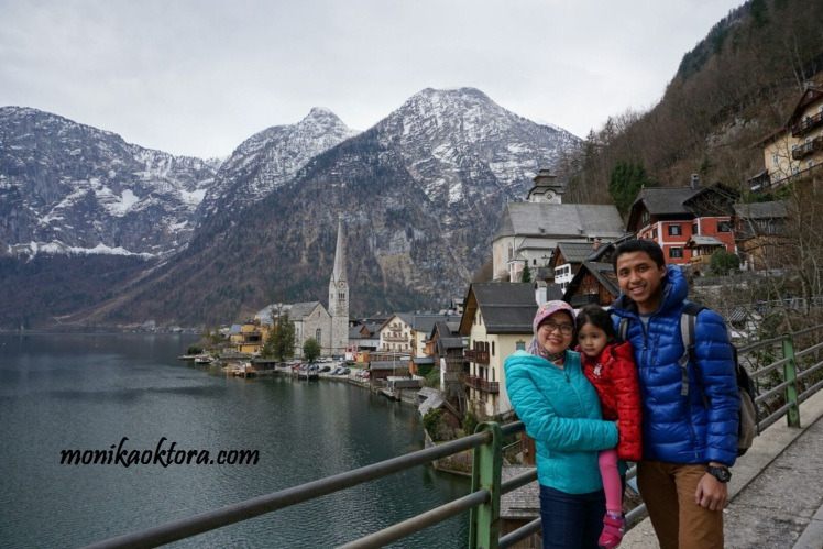 View danau, pegunungan, dan Desa Hallstatt