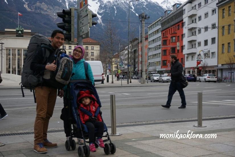 Ini setelan kami selama trip. 1 Carrier besar, 2 ransel, 1 tas jinjing, dan 1 stroller. Tentunya pas trip di dalam kota semua tas bulky ditaruh di hotel. Biasanya kami cuma membawa 1 ransel dan stroller Runa saja