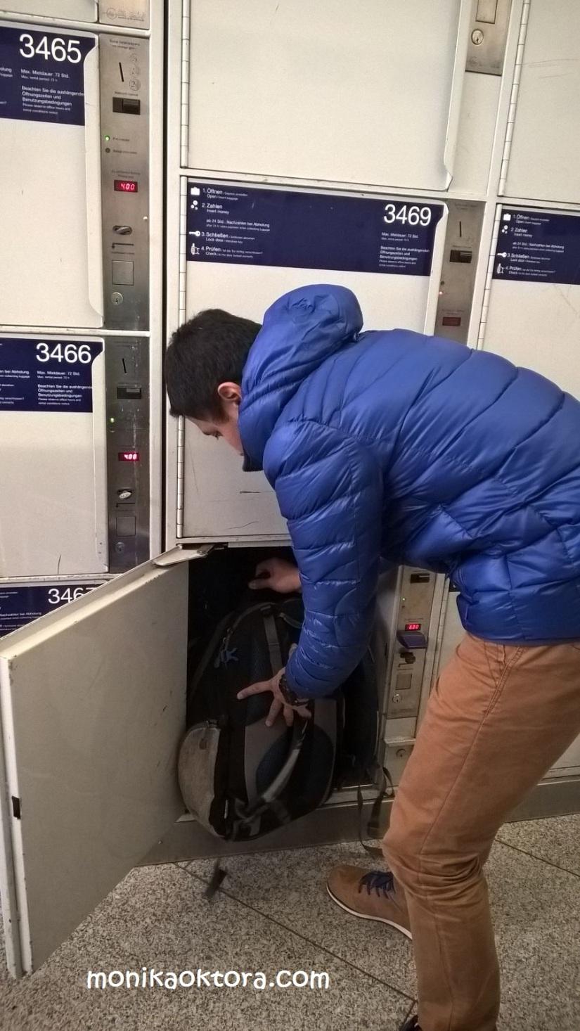 Menyimpan barang di Stasiun Munich. Kalo gak salah 4 Euro untuk seharian (di loker yang besar)