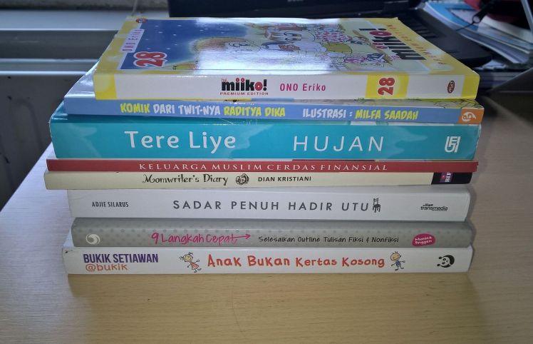 Beberapa koleksi buku saya yang dibeli online. Bacaan saya memang random, mulai dari komik geje, parenting, novel, sampai buku tentang menulis