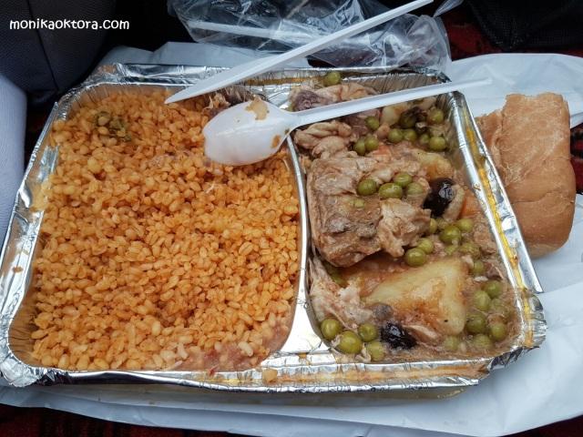 Salah satu menu makanan yang dibagikan di maktab saat di Mina. Nasi (tapi lebih bulet, lupa nama berasnya apa) dan gulai ayam. Makanan lainnya setipe hanya lauk yang beda, ada kambing atau sapi