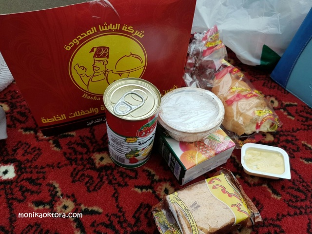 Salah satu kotak konsumsi yang dibagikan di maktab Mina. Isinya ada roti, selai, minuman kotak, humus.