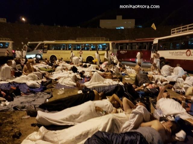 Salah satu momen terberat ketika di Muzdalifah. Tidur beralaskan tanah yang penuh kerikil, beratapkan langit, dan berdesakan dengan ribuan manusia lainnya. Penuh debu dan asap serta ingar bingar bus yang mengantarkan jamaah