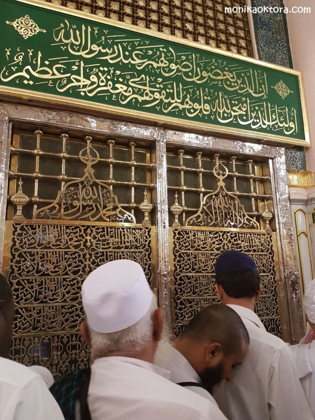 Makam Rasulullah dan Abu Bakar Ash Shiddiq. Orang-orang berbondong-bondong ingin berziarah dan memberi salam