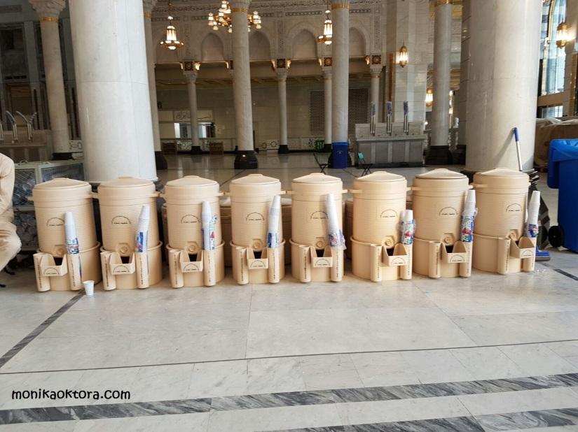 Galon air zam-zam di Masjidil Haram