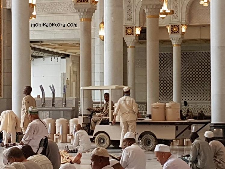 Petugas yang selalu mengisi persediaan air zam-zam di galon-galon yang ada di Masjidil Haram
