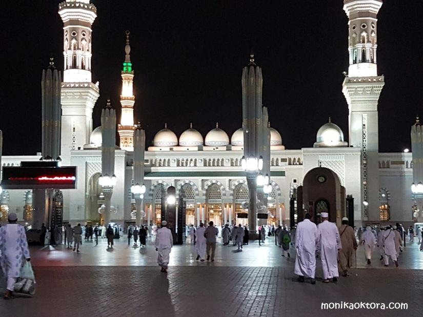 Payung-payung Madinah, menutup di malam hari sampai pagi hari