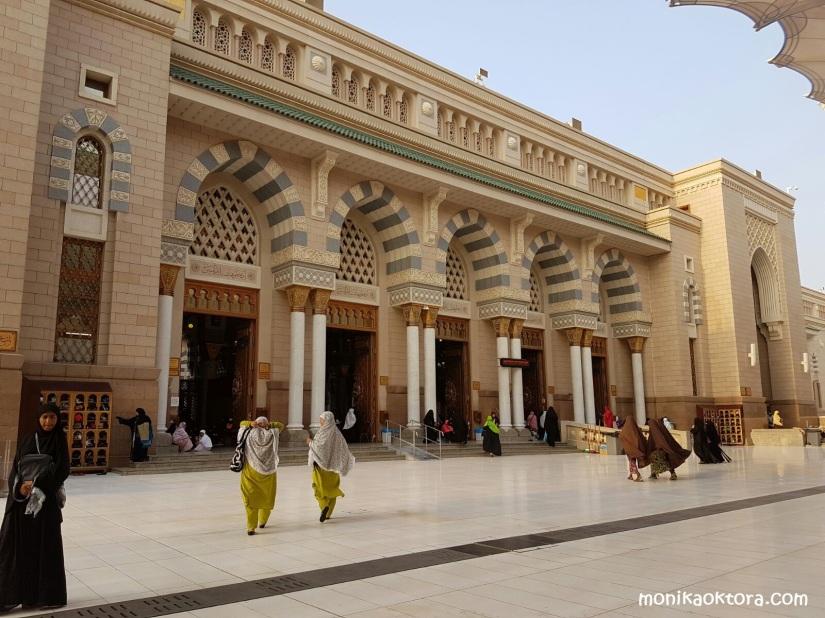 Salah satu bagian dari pintu-pintu Masjid Nabawi adalah 5 pintu yang berdampingan
